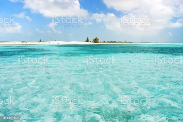 Foto de Pequena E Inabitada Ilha No Mar Do Caribe Praia Com Areia Branca E Mar Límpido Cuba e mais fotos de stock de Abandonado