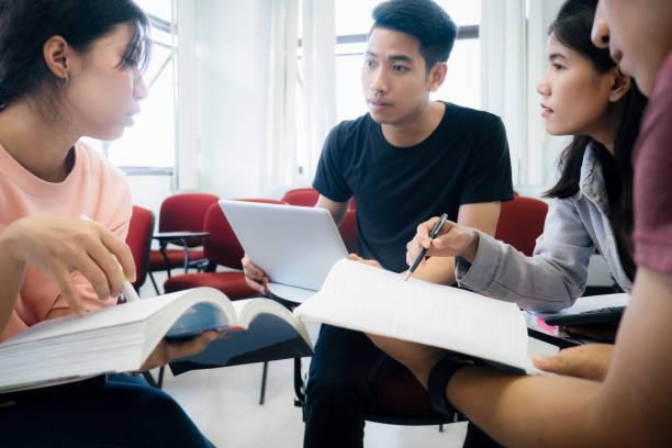 Kleine Studenten Gruppe Studie und Diskussion zusammen. – Foto