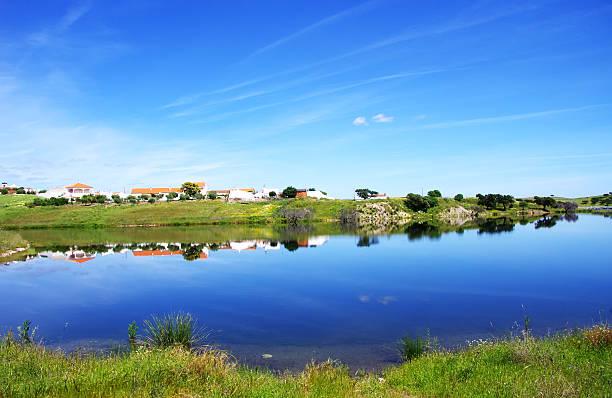 pequena aldeia no lago alqueva - fotos de barragem portugal imagens e fotografias de stock