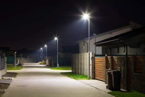 夜の現代の led 街路灯と街路の小さな村 - 街灯 ストックフォトと画像