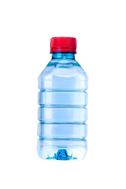 Kleine Flasche Wasser isoliert auf weiss – Foto