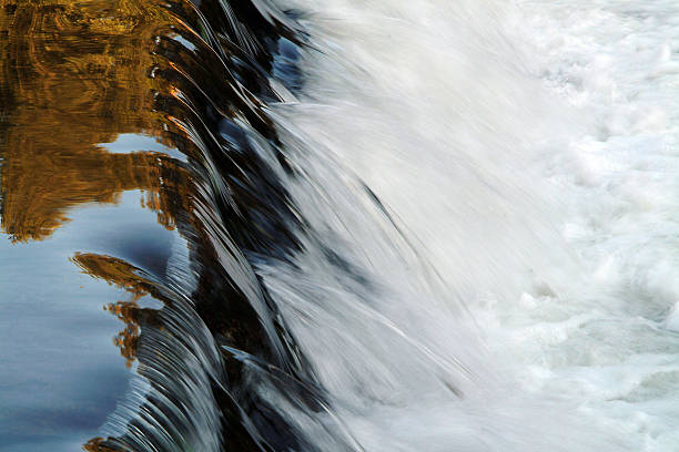 pequena cascata - barragem portugal imagens e fotografias de stock