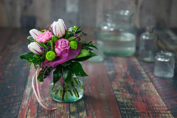 kleiner brautstrauß mit rosen, tulpen und margeriten. - brautstrauß aus holz stock-fotos und bilder