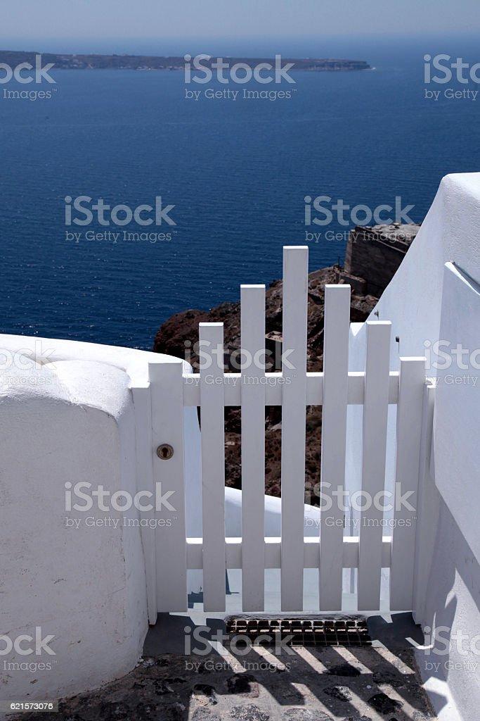 Small white fence gate and sea view on Santorini, Greece. photo libre de droits