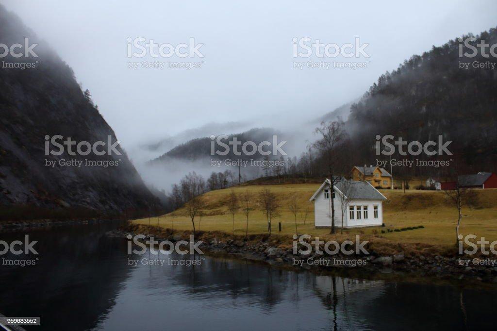 Pequeña casa blanca en un remoto fiordos - Foto de stock de Agua libre de derechos