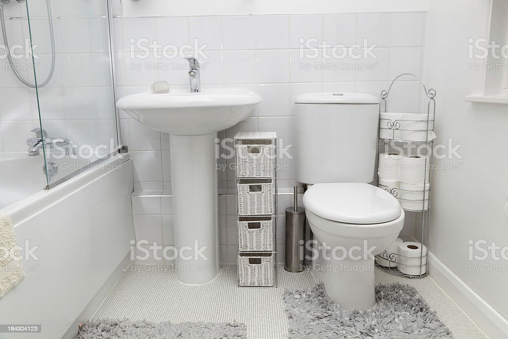 Piccolo bianco moderno bagno con piastrelle fotografie stock e