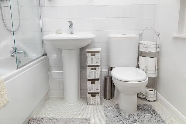 kleine weiße modernen badezimmer mit fliesen - minimalbadezimmer stock-fotos und bilder