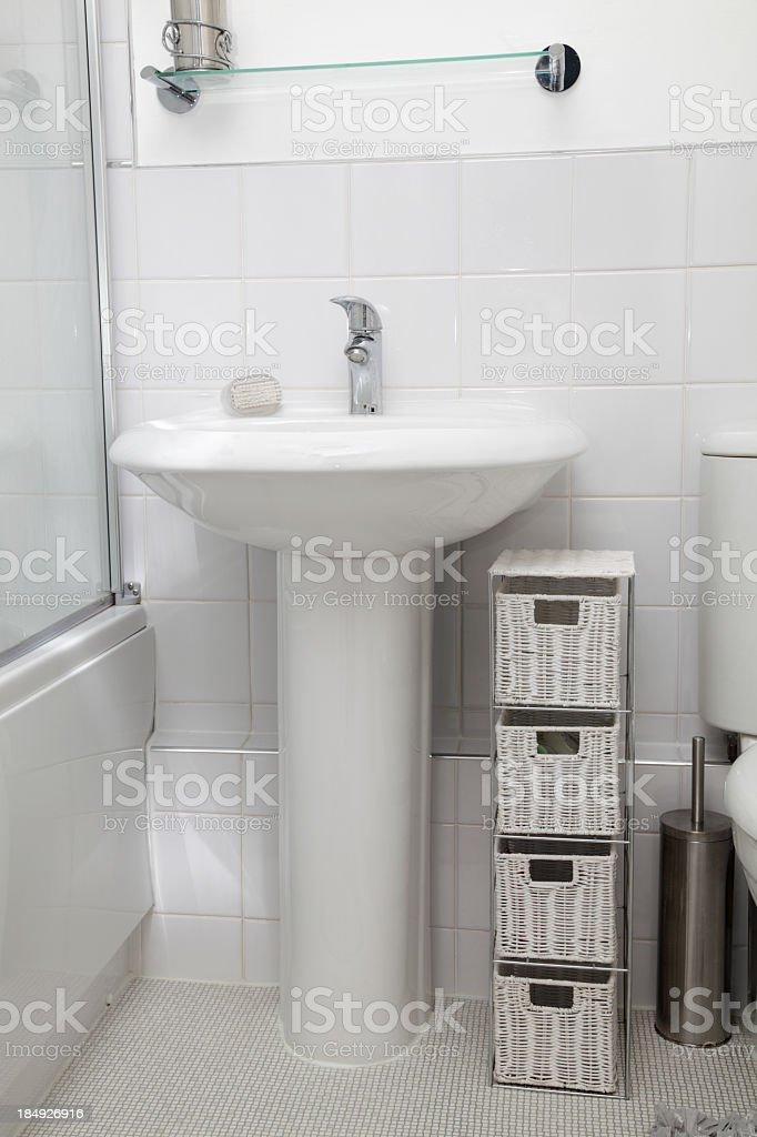 Kleine Weiße Modernen Badezimmer Mit Fliesen Stockfoto und ...