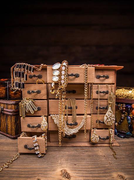 kleine hölzerne box - goldgefüllte kette stock-fotos und bilder