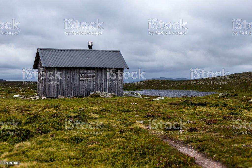 Kleines Holzhaus Mit Umliegenden Hugel Stockfoto Und Mehr