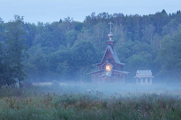 kleine hölzerne-orthodoxe kirche in der dämmerung - russisch orthodoxe kirche stock-fotos und bilder