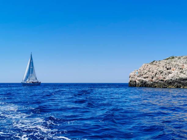 A small yacht at sea – zdjęcie