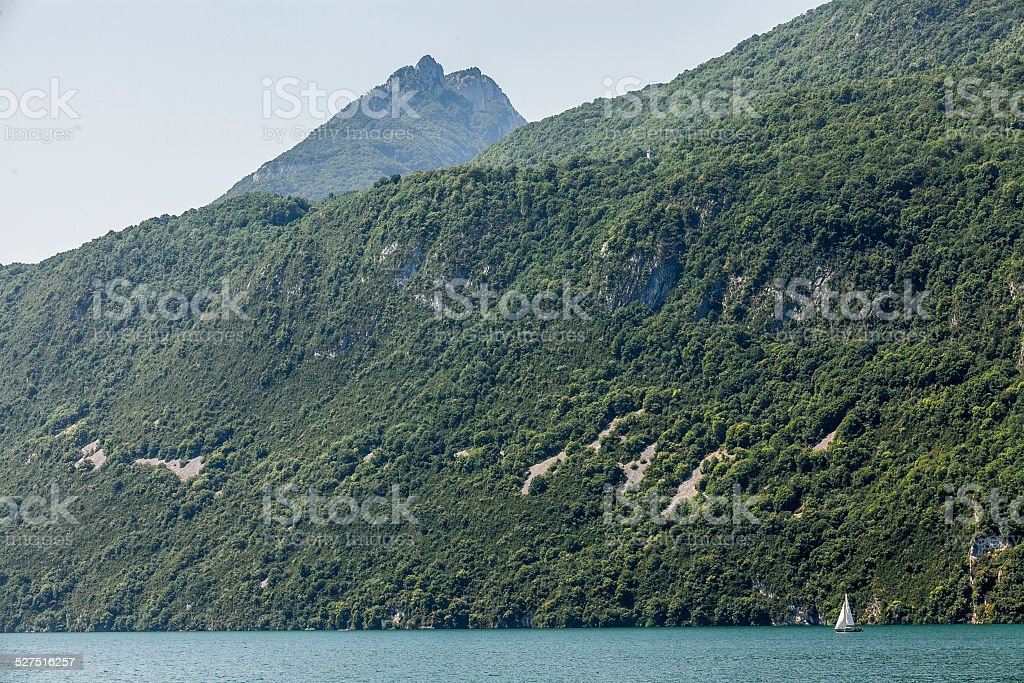 Petit voilier sur le lac Bourget, en France. - Photo