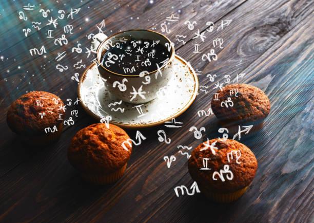 Kleine Tierkreiszeichen abnehmen aus einer Tasse mit Kaffee – Foto
