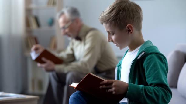 intelligenter junge und alte menschen lesebücher, bezahlbare bildung für verschiedene altersstufen - gedichte zum ruhestand stock-fotos und bilder