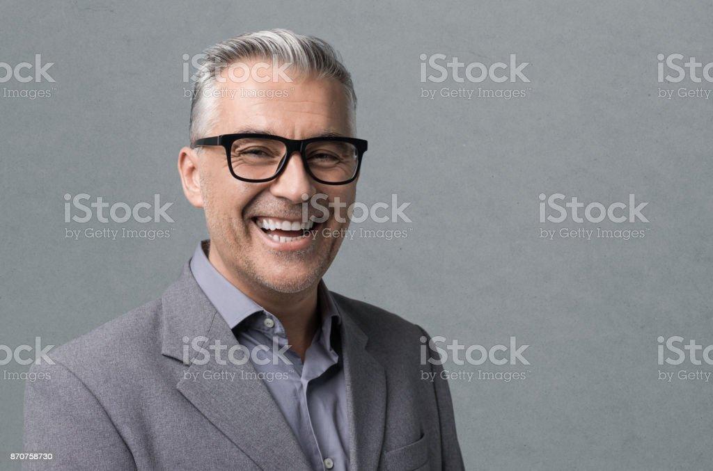 Intelligente Geschäftsmann mit Brille posiert – Foto
