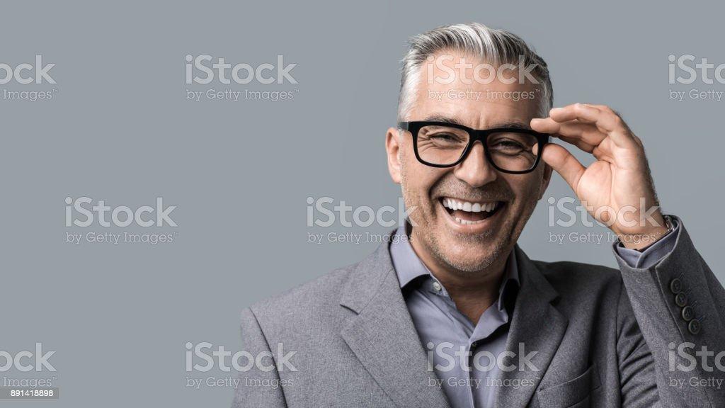 Gözlüklü poz akıllı iş adamı - Royalty-free 40-49 Yaş Arası Stok görsel