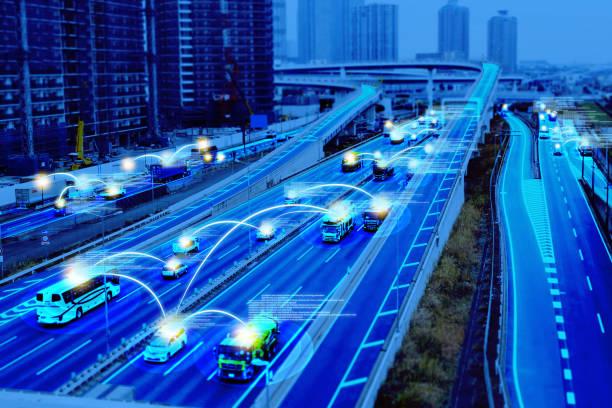 Coche inteligente (HUD), vehículo autónomo en modo auto-conductor en el concepto de carretera de metro City Road con sensor gráfico de radar y conexión de sensor de Internet. - foto de stock