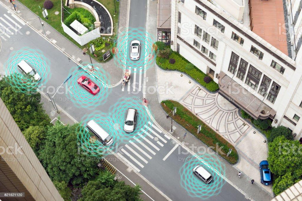 Coche Smart (HUD), vehículo de modo autónomo uno mismo-conducción en concepto de iot de camino de ciudad metro con gráfico radar señal internet y sistema de sensor de conectar. Por encima de la vista. - Foto de stock de Aire libre libre de derechos