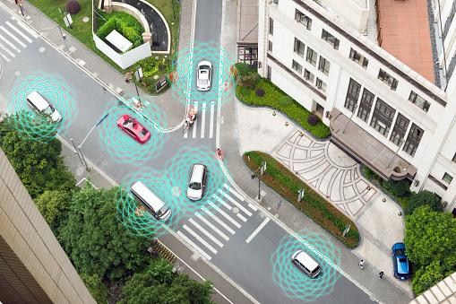 Coche Smart Vehículo De Modo Autónomo Uno Mismoconducción En Concepto De Iot De Camino De Ciudad Metro Con Gráfico Radar Señal Internet Y Sistema De Sensor De Conectar Por Encima De La Vista Foto de stock y más banco de imágenes de Aire libre