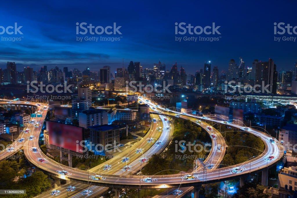 Coches inteligentes con sensor automático de conducción en metrópolis con conexión inalámbrica - Foto de stock de Aire libre libre de derechos