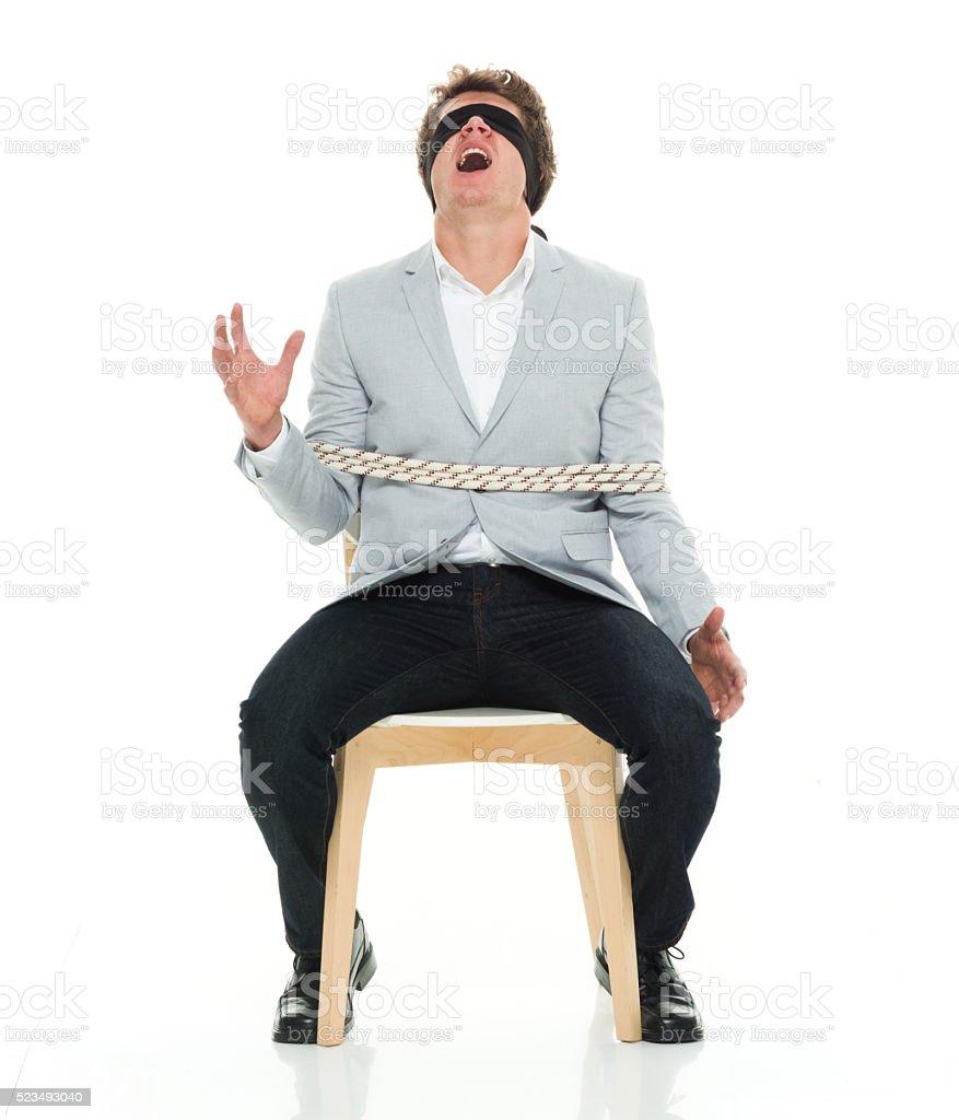 Elegante informal hombre sentado con liado - foto de stock