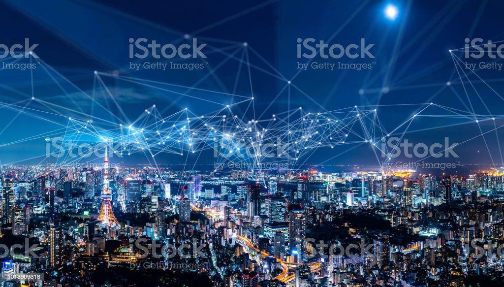 Concepto red inteligente de ciudad y comunicación. IoT (Internet de las cosas). TIC (red de comunicación de la información). foto de stock libre de derechos