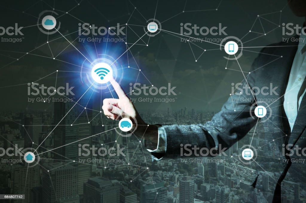 ville intelligente et Ito (Internet des objets). Résumé du concept commercial de personne et de la technologie, une femme tenant de sa main, TIC (technologies de l'Information Communication), CPS (systèmes de Cyber-physique), - Photo