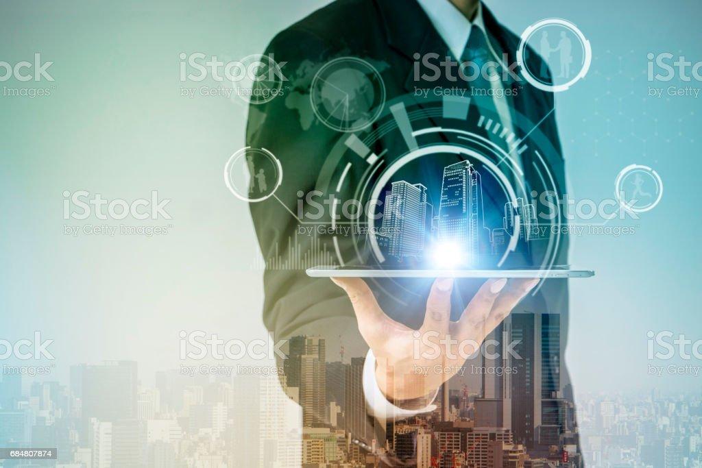 ville intelligente et concept de mode de vie moderne, un homme tenant un tablet pc - Photo