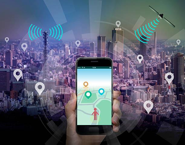 smart city and smart phone application using location information - sistema de posicionamiento global fotografías e imágenes de stock