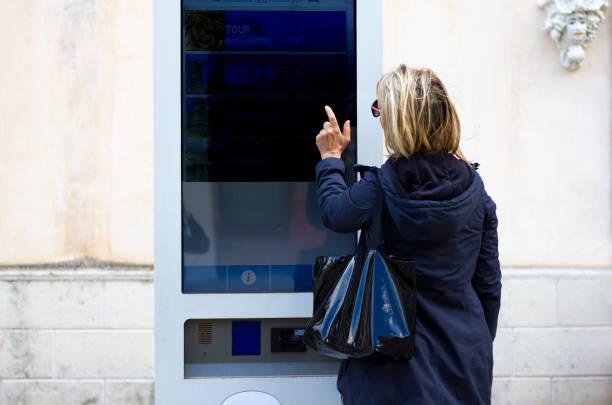 Smart City: Femme à l'aide de kiosque numérique interactif (gros plan) - Photo