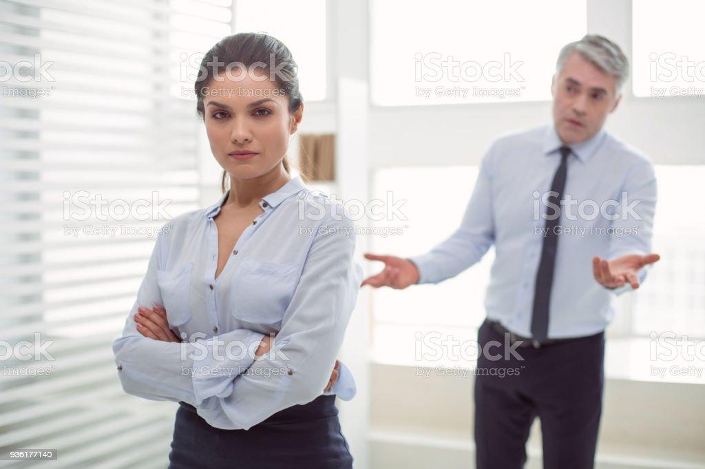 Intelligente, selbstbewusste Frau betrachten Sie – Foto