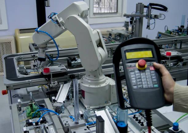 Intelligente Fertigungslinie für Fabriken, die mit Sensoren und Roboterarm ausgestattet ist – Foto