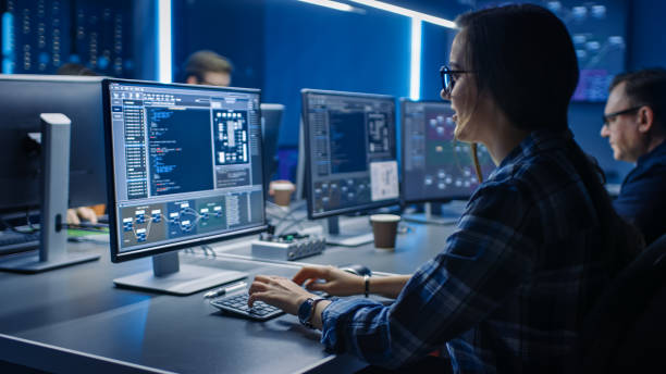 Smart Female IT Programer Arbeiten auf Desktop-Computern im Data Center System Control Room. Team von Young Professionals doing Code Programming – Foto