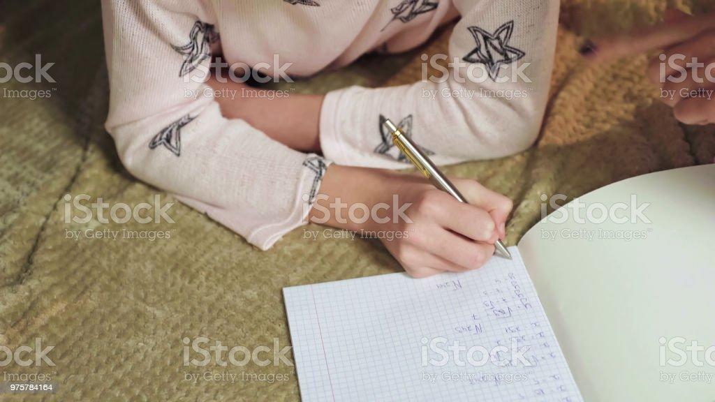 Intelligentes Mädchen lösen von mathematischen Gleichungen im Bett, Homeschooling Bildung - Lizenzfrei Akademisches Lernen Stock-Foto