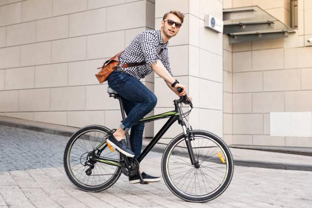 市内で自転車に乗ってスマートのハンサムな男 - 自転車 ストックフォトと画像