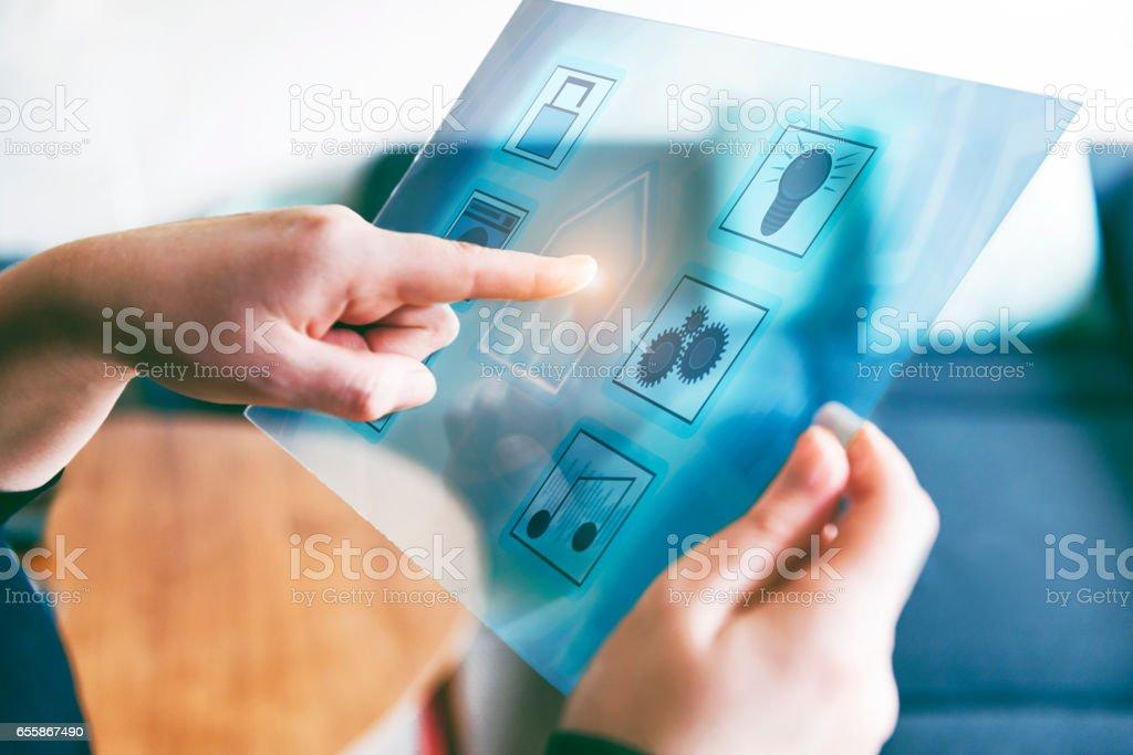 Smarta hem automation kontrolleras av futuristiska tablett med se igenom display bildbanksfoto