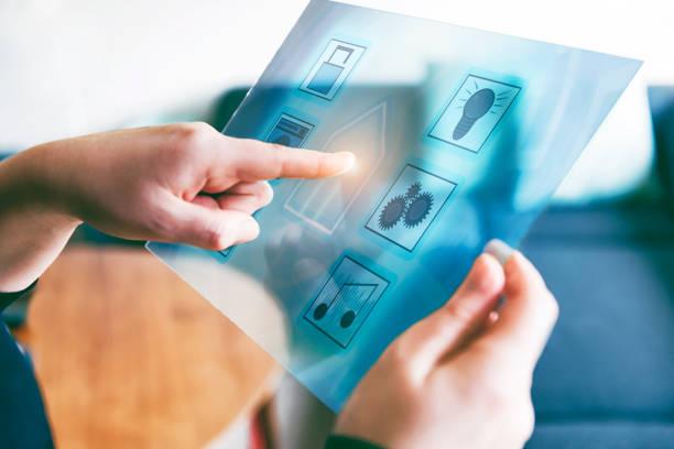 automatización del hogar inteligente controlado por los futurista tablet con ver a través de la pantalla - internet de las cosas fotografías e imágenes de stock