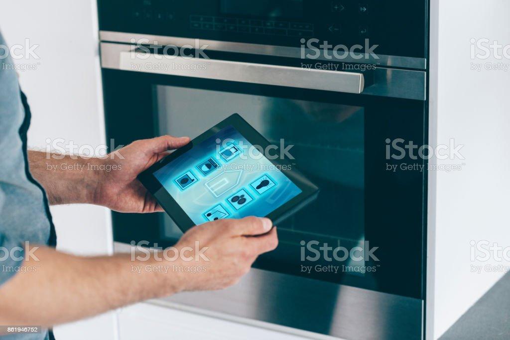 Intelligente Haussteuerung in Küche mit digitalen Tablet und app - Lizenzfrei Abschließen Stock-Foto
