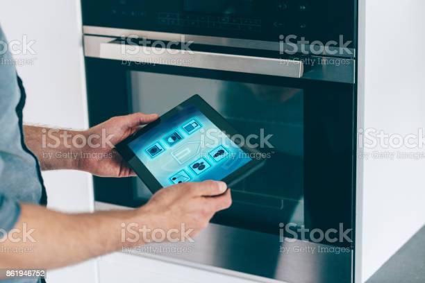 Intelligente Haussteuerung In Küche Mit Digitalen Tablet Und App Stockfoto und mehr Bilder von Abschließen