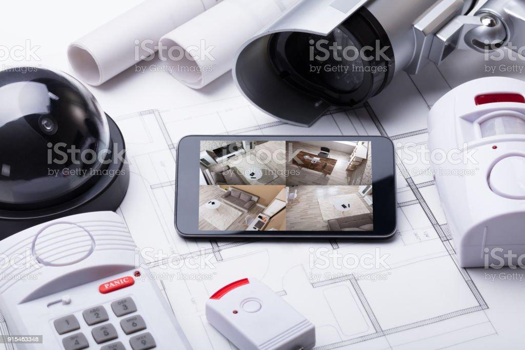 Sistema de casa inteligente na Mobilephone com equipamento de segurança - foto de acervo