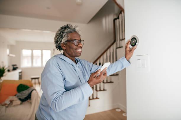 시니어 여성을 위한 스마트 홈 기술 스톡 사진