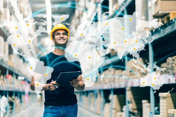 Smart indische Ingenieur Mann trägt Schutzhelm tun Lager Tick Check und Karton Lager Produktmanagement in Fabrik Lager Hintergrund – Foto