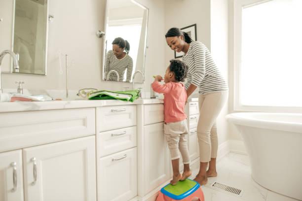 kluge investition - kinder wc stock-fotos und bilder