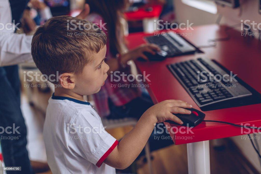 現代の学校でスマートな子供 - eラーニングのロイヤリティフリーストックフォト