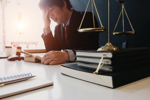 smart Anwalt gefühl müde und gestresst im Büro vor der Prüfung des Urteils, Rechtsanwalt Konzept