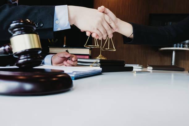klugen Anwalt Handshake mit Beratung im Büro vor der Prüfung des Urteils, Anwaltskonzept