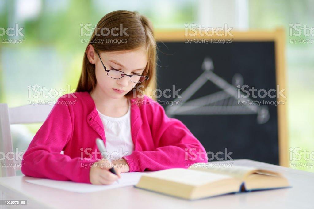 a09ffbd96 Colegiala Poco Inteligente Con Pluma Y Libros Escribir Un Examen En ...