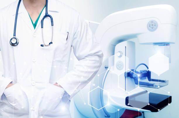 kluger mann arzt mit stethoskop um den hals mit technologie digitale netzwerk-effekt und mammografie-röntgengerät system im krankenhaus hintergrund, medizinische innovation, zukünftige technologie-konzept - mammografie stock-fotos und bilder