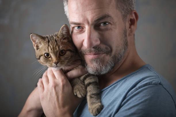 Smarter Mann mit kleiner Katze – Foto